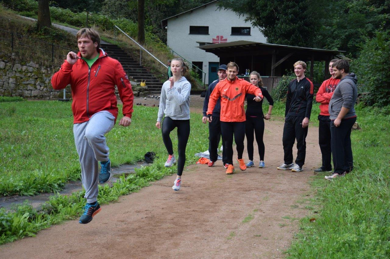 Die Rasenkraftsportler des TV Langenbrand beim Training (1)