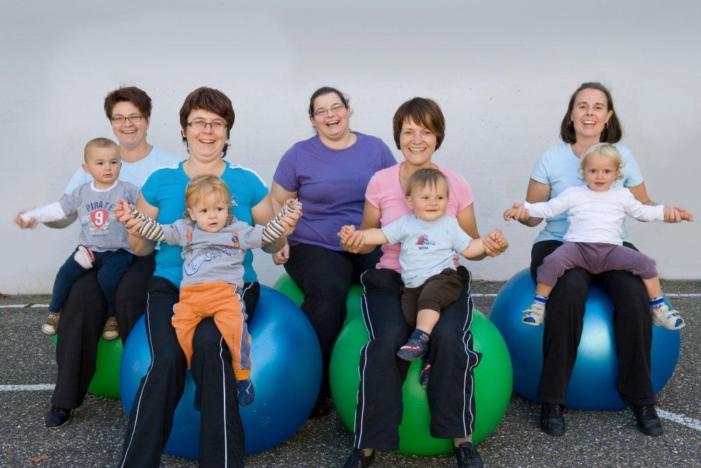 Gruppenbild, Mutter-Kind-Turnen im Jahr 2010